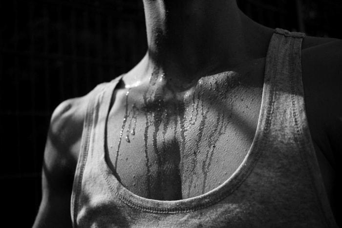 Schweiß auf der Brust